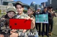 [TF포토] '밀리터리룩으로 국군 장병 응원해요!'
