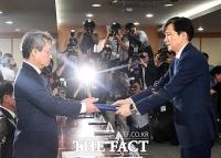 [TF포토] 제2기 법무·검찰 개혁위원회 위촉장 수여하는 조국 장관