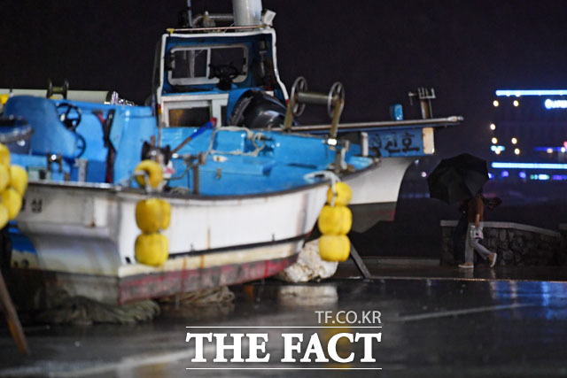 제18호 태풍 미탁이 2일 저녁 전남 해안을 통해 상륙할 것으로 예상되는 가운데 부산 해운대구 송정항 인근 육로에 소형 어선들이 옮겨져 있다./부산=남윤호 기자