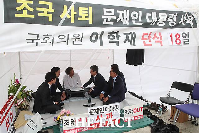 2일 오전 서울 여의도 국회에 마련된 천막에서 유승민 의원(오른쪽 세번째)과 지상욱 의원 등을 만나 대화를 나누는 이 의원.