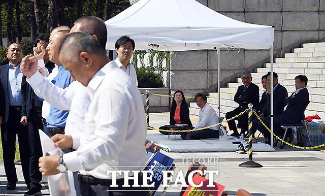 19일 이 의원의 천막 앞에서 삭발 릴레이에 동참한 자유한국당 소속 의원들.