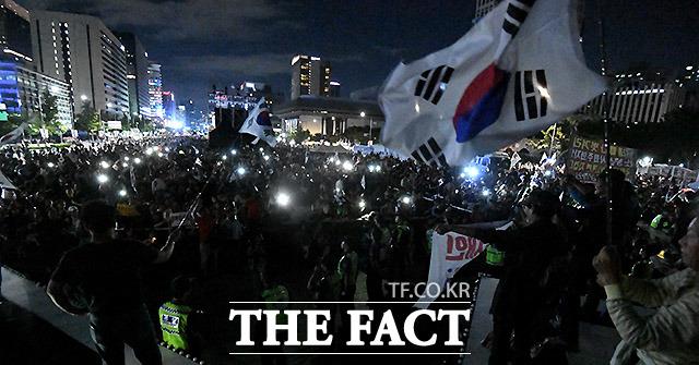 밤 늦은 시간까지 열리는 문재인 정부 비판-조국 법무부 장관 사퇴를 촉구하는 집회.