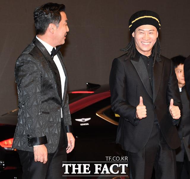 배우 류승룡(왼쪽)과 진선규, 레드카펫을 앞두고 갑자기 엄지 척