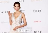 [TF포토] 김규리, '수줍은 손인사'