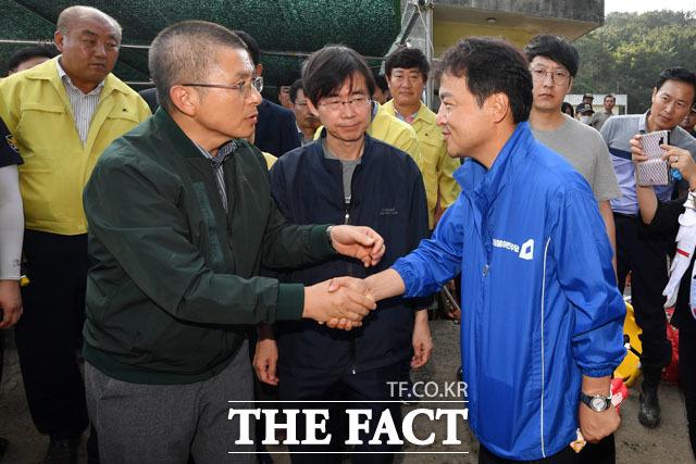 이상호 더불어민주당 부산광역시당 지역위원장(오른쪽)과 만나 악수 나누는 황 대표