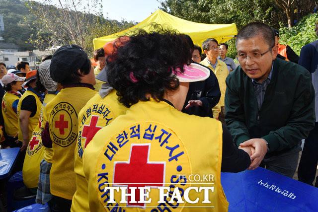 자원 봉사자들과 인사 나누는 황교안 대표