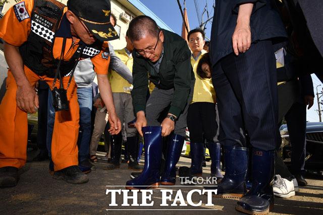 장화신는 황교안 자유한국당 대표