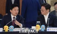 [TF포토] 시도지사협의회에서 대화 나누는 원희룡-이재명