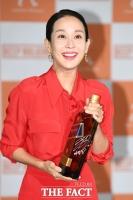 [TF포토] 조여정, 위스키에 남긴 '천만 배우의 사인'