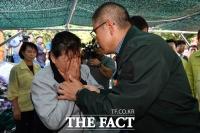 [TF사진관] 황교안, 부산 산사태 현장 찾아 '유가족의 눈물' 위로