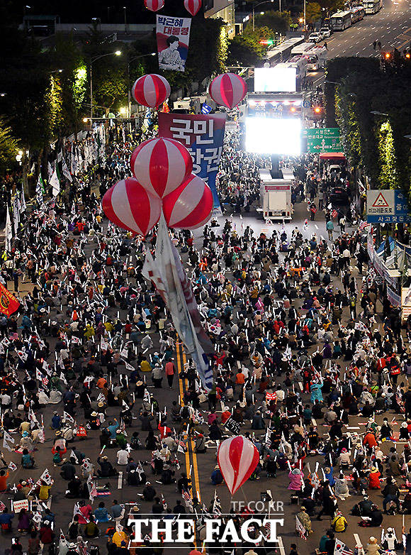 우리공화당이 5일 오후 서울 서초동 서울성모병원 일대에서 조국 법무부 장관을 규탄하는 148차 태극기 집회을 열고 있다.