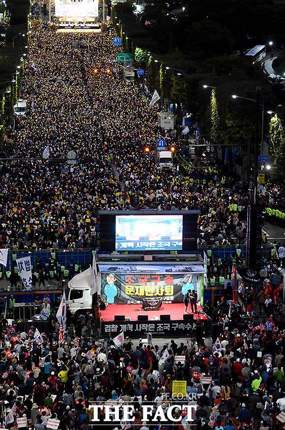 5일 조국 법무부 장관을 둘러싸고 수호와 사퇴를 주장하는 양측의 맞불 집회가 열리고 있다. /이효균 기자