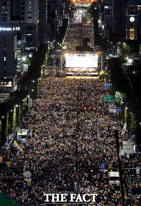 사법적폐청산 범국민 시민연대가 검찰 개혁을 촉구하고 조국 법무부 장관을 지지하는 촛불 시위를 하고 있다.