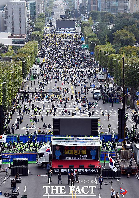 5일 오후 6시 사법적폐청산 범국민 시민연대가 서울 서초역 사거리에서 제8차 검찰개혁 촛불 문화제를 여는 가운데 검찰 개혁을 촉구하고 조국 법무부 장관을 지지하는 시민들이 모이고 있다. 반면, 오후 3시 30분 서울성모병원 일대에는 우리공화당이 조국 법무부 장관을 규탄하는 148차 태극기 집회을 열고 있다. /이효균 기자