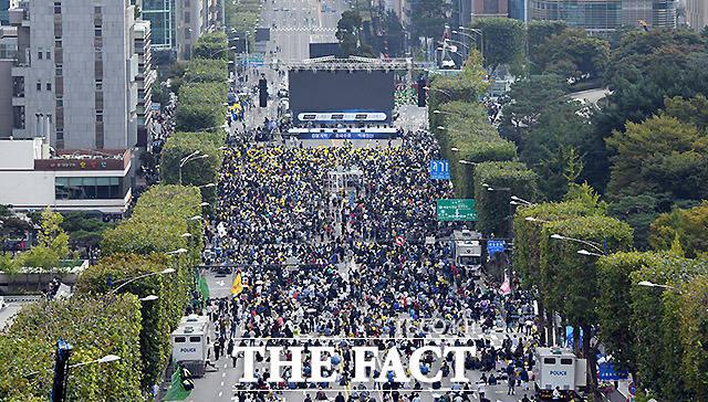 조국 지지 제8차 검찰개혁 촛불 문화제를 여는 가운데 검찰 개혁을 촉구하고 조국 법무부 장관을 지지하는 시민들이 모이고 있다.