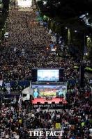 [TF포토] '조국 수호' VS '조국 사퇴'...서초동 맞불 집회