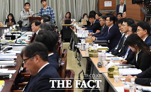 수많은 검찰 관계자들 중에 거의 대부분의 질의에 답변하는 배성범 서울중앙지검장(왼쪽)
