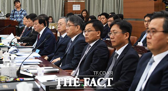 답변하는 배성범 서울중앙지검장(왼쪽 네번째)