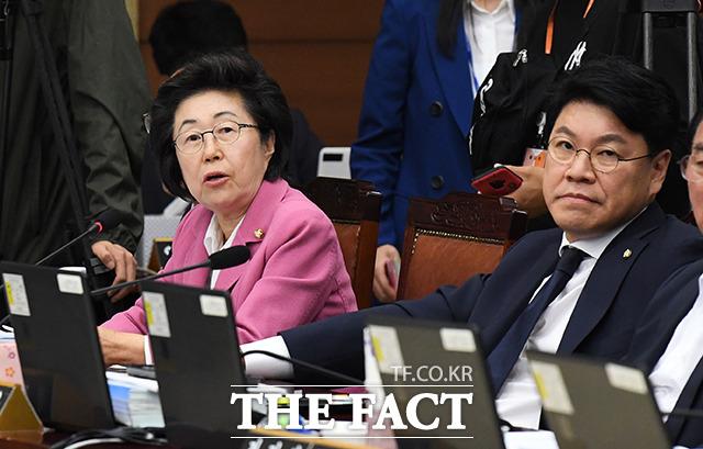 질의하는 이은재 자유한국당 의원(왼쪽)