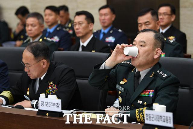 물 마시는 김영환 합참 정보본부장