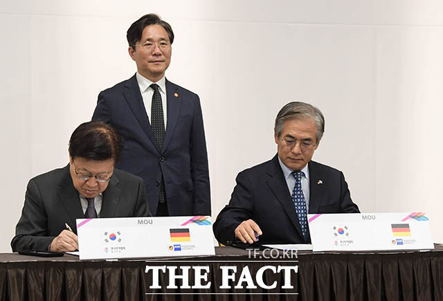 업무협약서에 서명하는 김영주 한국무역협회장(왼쪽)과 김효준 BMW코리아 회장 겸 한독상공회의소 회장