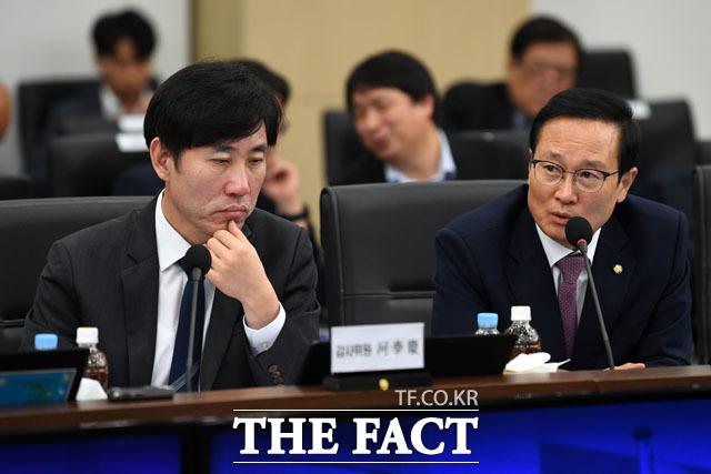 질의하는 홍영표 민주당 의원(오른쪽)과 하태경 바른미래당 의원