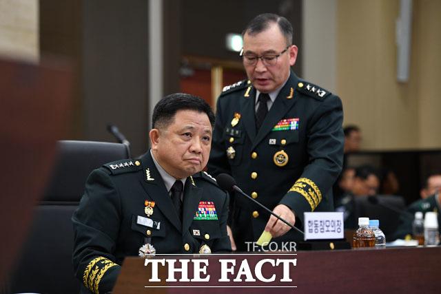 박한기 의장(왼쪽)에게 쪽지 전하는 김영환 합참 정보본부장