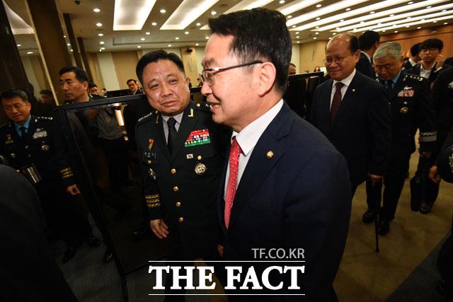 백승주 자유한국당 의원과 웃으며 국감장 나서는 박한기 의장