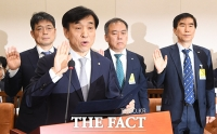 [TF포토] 증인 선서하는 이주열 한국은행 총재
