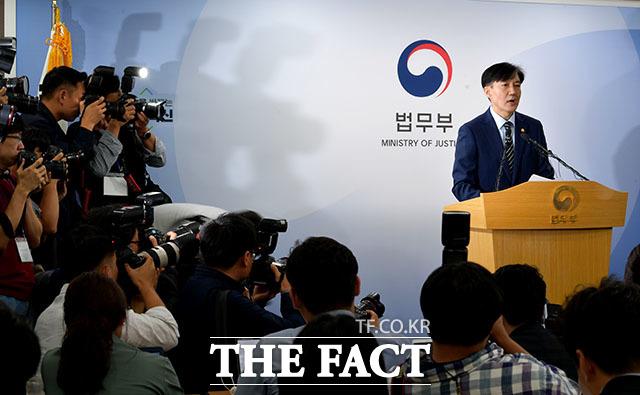 조국 법무부 장관이 지난 8일 오후 경기 정부과천종합청사에서 검찰개혁안을 직접 발표하고 있다.  /이덕인 기자