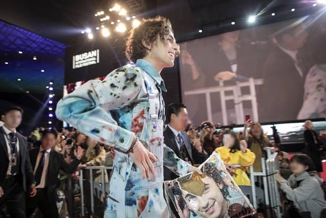 할리우드 배우 티모시 샬라메가 지난 8일 부산국제영화제 레드카펫 행사에 참석한 모습. /넷플릭스 제공