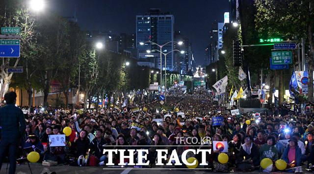 서울중앙지검 방향으로도 집회 참가자들이 가득하다.