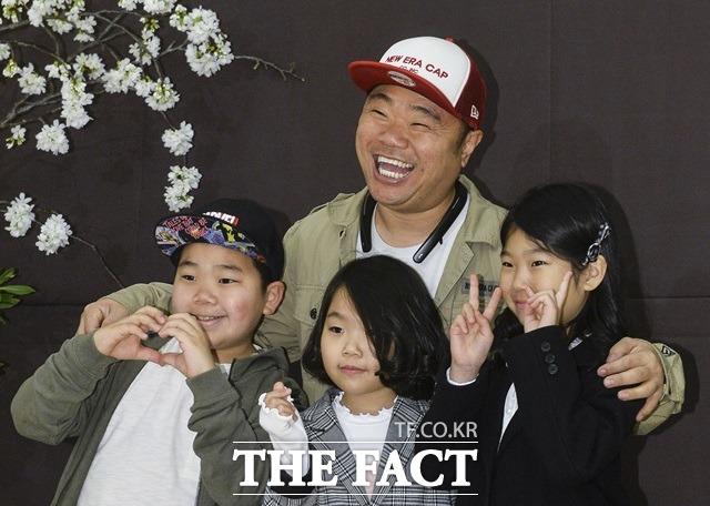 요즘 아이들과 보내는 시간이 많아 좋아요. 사진은 지난해 3월 정종철이 동료개그맨 김형인의 결혼식에 세 자녀와 나란히 참석해 포토타임을 갖고 있다. /이동률 기자