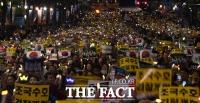 [TF포토] '조국수호 검찰개혁'…서초역 사거리 가득 메운 조국 지지 촛불집회