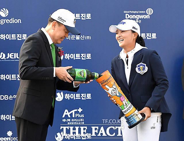 고진영에게 맥주를 따르는 하이트진로 김인규 사장.