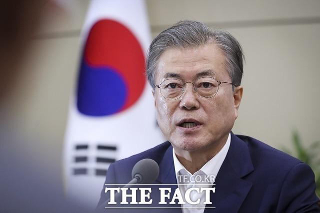 문재인 대통령은 14일 제19호 태풍 하기비스의 영향으로 일본에서 대규모 피해가 발생한 것과 관련해 아베 신조 일본 총리에게 위로전을 보냈다고 청와대가 밝혔다. /청와대 제공