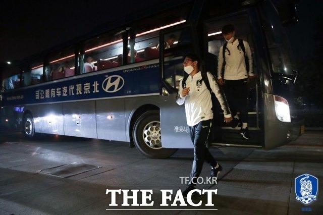 13일 북경현대에서 제공한 버스로 베이징 서우두국제공항에서 숙소로 이동하고 있는 벤투호 선수단./대한축구협회 제공