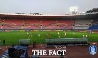 [TF포토] '관중 없이' 진행되는 한국과 북한의 월드컵 예선
