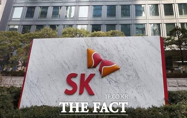 SK그룹은 태풍 미탁으로 인한 이재민들의 피해가 조속히 복구될 수 있도록 성금 10억 원을 기탁한다고 17일 밝혔다. /더팩트 DB