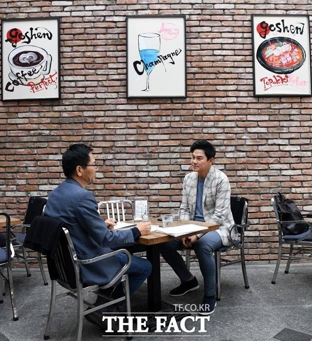 배우 김수현의 아버지인 그는 아들이 유명 배우란 사실이 거꾸로 저의 가수활동에 걸림돌이 되지 않았으면 한다는 소망을 조심스럽게 밝혔다. 스페셜인터뷰는 지난 18일 서울 강남 압구정동 한 카페에서 진행됐다. /임영무 기자