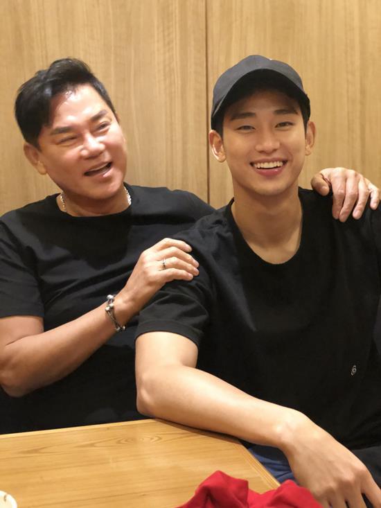 우린 음악과 연기 등 각자의 영역을 존중합니다. 아버지 김충훈(왼쪽)과 유명 배우인 아들 수현(오른쪽)은 친구같은 부자지간으로 유명하다. /몬프로덕션 제공