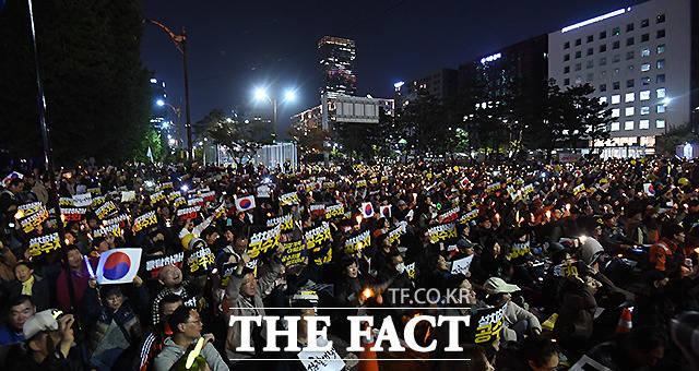 19일 오후 서울 여의도 국회 앞에서 사법적폐청산 범국민시민연대가 검찰 개혁을 촉구하는 촛불문화제를 개최한 가운데, 집회에 참여한 시민들이 촛불을 밝힌 채 구호를 외치고 있다. /이새롬 기자