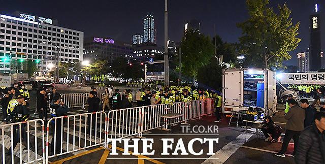 맞은편 열린 반대 집회에 참가한 시민들이 건물 외벽으로 쏘아 올린 레이저 글씨