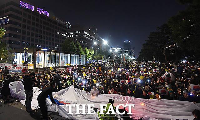 조국 수호 외치는 시민들 너머 건물 외벽(왼쪽 위)에 새겨진 조국 구속