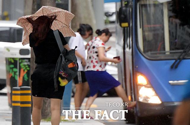 필리핀 동쪽 해상에서 발생한 제20호 태풍 너구리가 경로를 틀어 일본으로 향할 전망이다. /이효균 기자