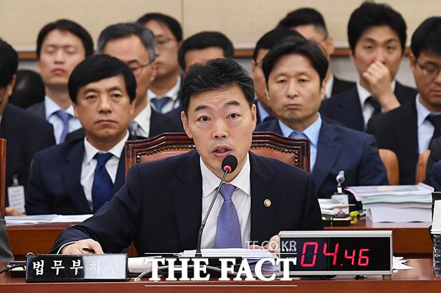 김오수 법무부 차관이 지난 15일 법무부 국정감사에서 질의에 답변하고 있다./배정한 기자