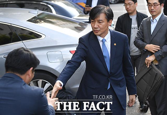 20대 국회 마지막 국정감사가 조국으로 시작해 조국으로 끝났다는 평가가 나온다. 심지어 국감 기간 이뤄진 조국 전 법무부 장관 사퇴 이후에도 이른바 조국감은 계속됐다. 지난 14일 전격 사퇴한 조 전 장관이 경기도 과천 법무부 청사를 떠나 서울 서초구 방배동 자택에 들어서며 관계자와 악수를 하는 모습. /이새롬 기자