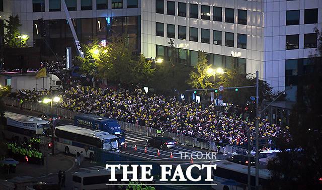 지난 19일 오후 서울 여의도 국회 앞에서 사법적폐청산 범국민시민연대가 검찰개혁을 촉구하는 촛불문화제를 개최한 가운데 집회에 참여한 시민들이 촛불을 밝힌 채 구호를 외치고 있다. /이새롬 기자