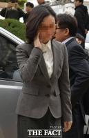 [TF포토] 굳은 표정으로 법정 향하는 정경심 교수