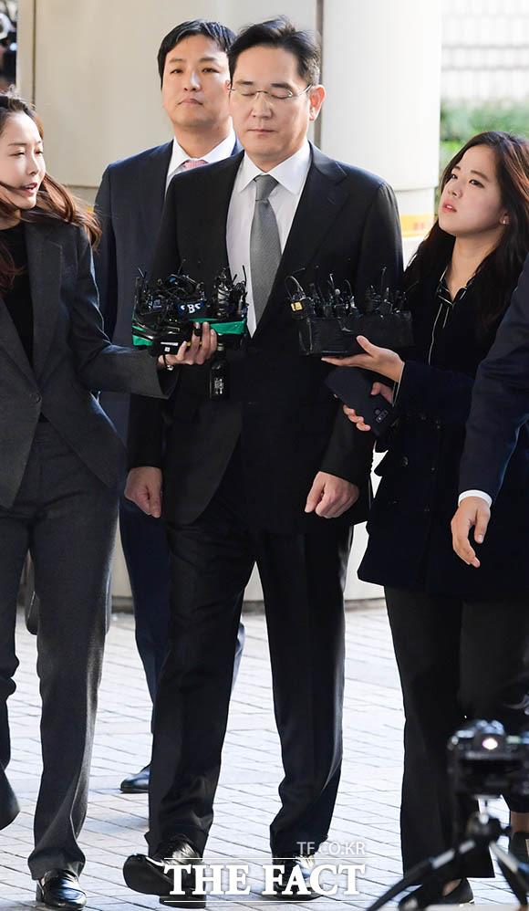 박근혜 전 대통령과 최순실 씨에게 뇌물을 건넨 혐의로 재판에 넘겨진 이재용 삼성전자 부회장이 25일 오전 서울 서초구 서울고등법원에서 열린 파기환송심 1차 공판기일에 출석하기 위해 법정으로 향하고 있다. /김세정 기자